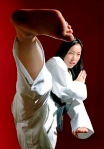 Chica oriental en actitud de defensa, judo