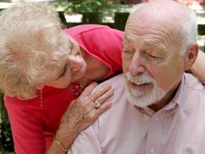 Cuidadora con un enfermo de alzheimer