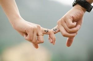 dos dedos entrelazados