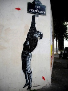 hombre pintado sosteniendo el nombre de una calle