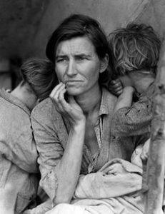 madre con dos hijos escondiendose detras de ellas