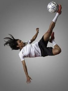 mujer jugando a futbol